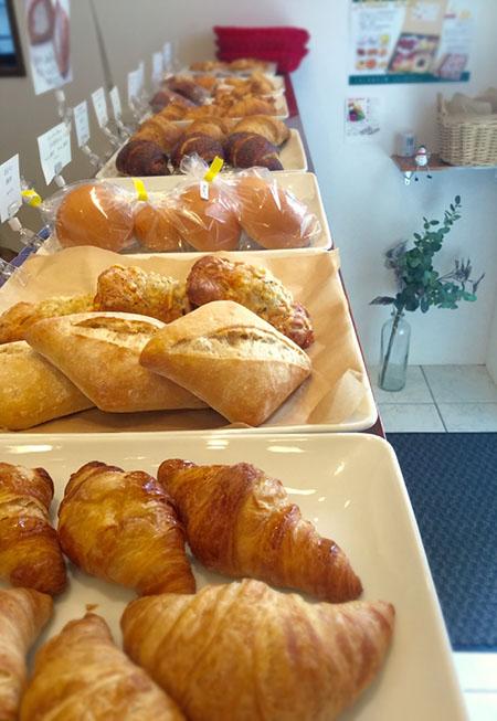 たくさんの種類のパンを並べて皆様をお待ちしております